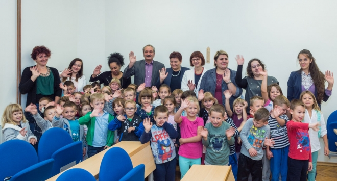 Mališani iz vrtića Bjelovar i Osmijeh poklonili gradonačelniku čestitku za Dan Grada Bjelovara