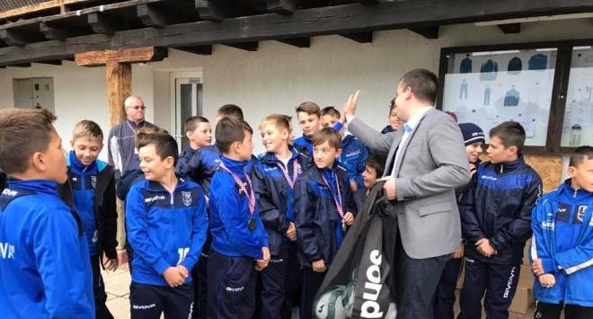 Gradonačelnik poklonio lopte malim nogometašima