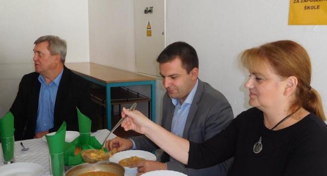 Gradonačelnik u Prvoj osnovnoj školi kušao »Bjelovarski doručak« i »Bjelovarski ručak«