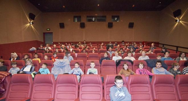 OSIT-ovci i učenici Pete osnovne skupa u kinu