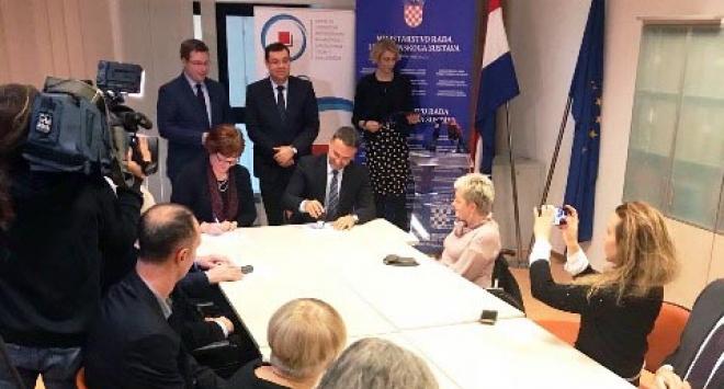 Župan Damir Bajs i ministar na potpisivanju ugovora o zapošljavanju invalida