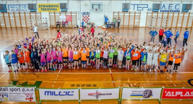Mlade rukometašice na humanitarnom turniru u Čazmi