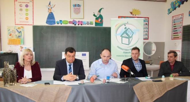 Župan Bajs na potpisivanju ugovora za obnovu područne škole u Međurači