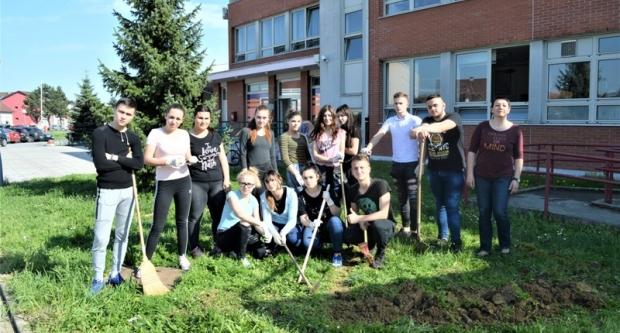 Školski volonteri uređuju okoliš Komercijalne i trgovačke škole Bjelovar