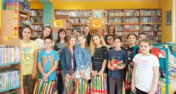 Djeca tražila knjige po knjižnici