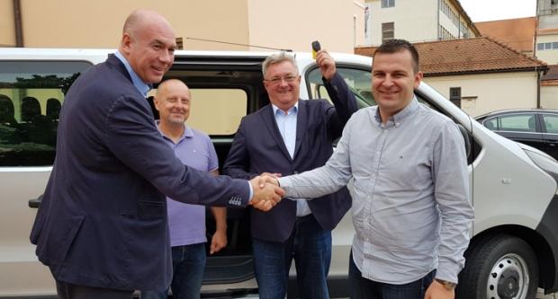 Gradonačelnik Hrebak uručio ključeve kombija Sportskoj zajednici Grada Bjelovara